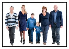 Familie lopend in de fotostudio.jpg